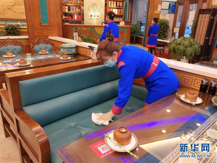 """偏远小城""""吃饭""""见闻:限人数、分餐吃、用公筷"""