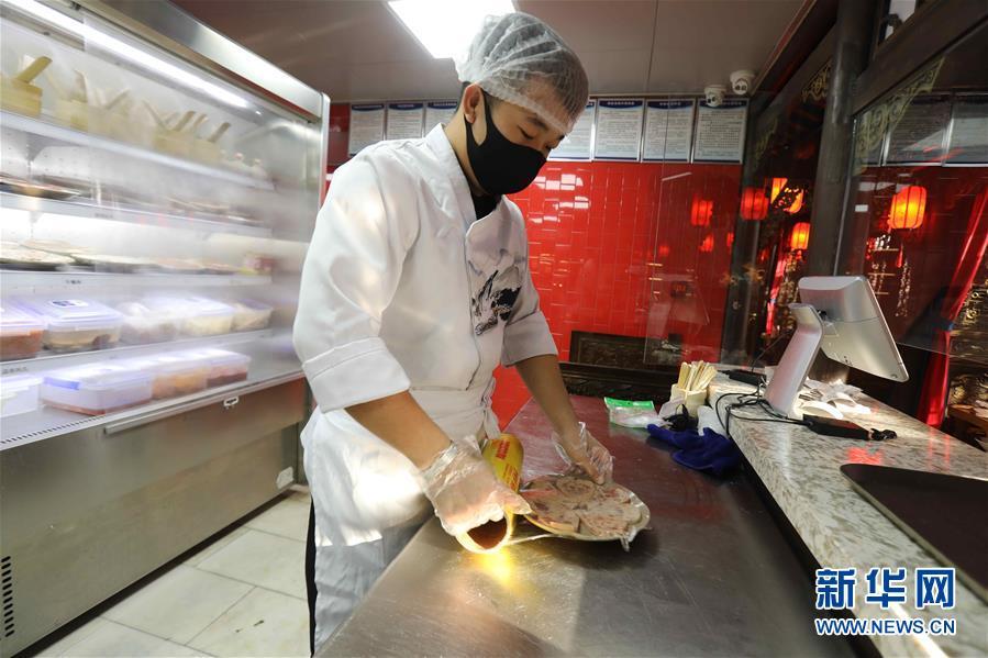 """(图文互动)(4)特写:限人数、分餐吃、用公筷——偏远小城""""吃饭""""见闻"""