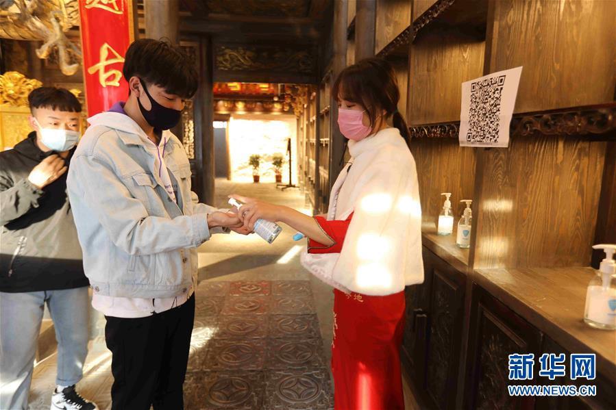 """(图文互动)(5)特写:限人数、分餐吃、用公筷——偏远小城""""吃饭""""见闻"""