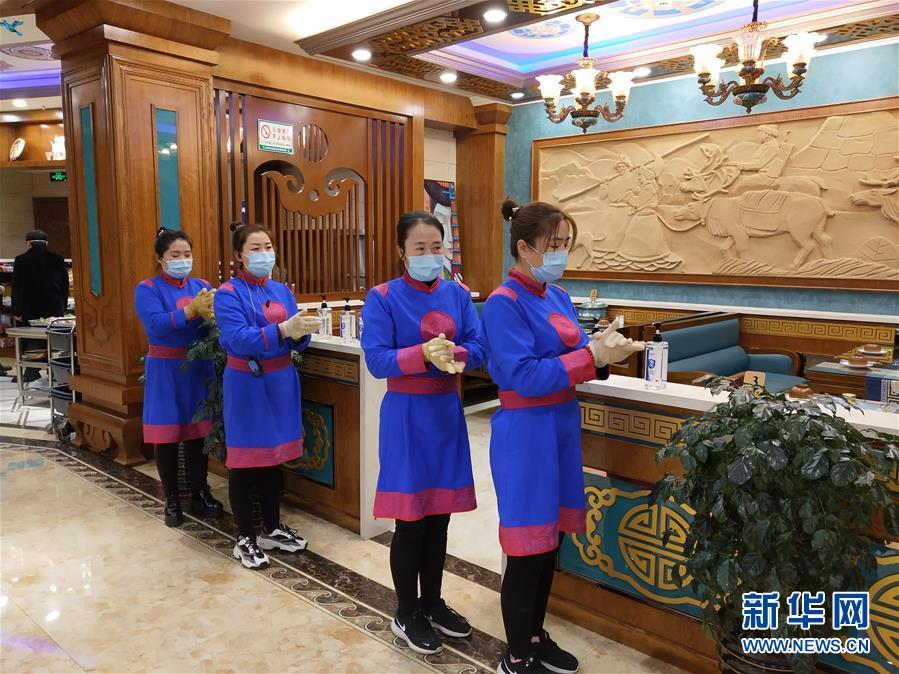 """(图文互动)(6)特写:限人数、分餐吃、用公筷——偏远小城""""吃饭""""见闻"""