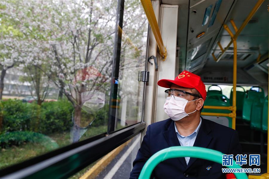 (聚焦疫情防控)(1)武漢市部分公交車恢復開行