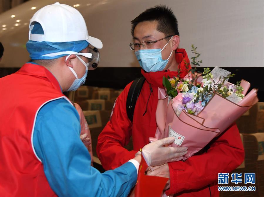 (社會)(4)首批返京的援鄂國家醫療隊隊員抵京