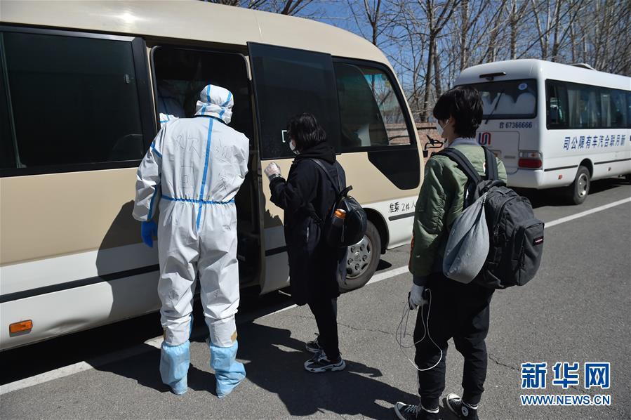 """(聚焦疫情防控·圖文互動)(6)""""感謝你們,讓我感到很踏實!""""——北京入境人員轉運及隔離點見聞"""