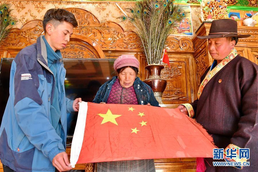 """(新華全媒頭條·圖文互動)(4)一面國旗與三代人的守望——記西藏林芝市西日卡村的""""紅色""""傳承"""
