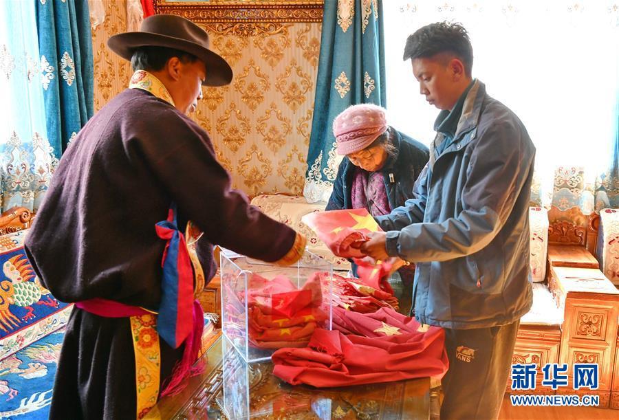 """(新華全媒頭條·圖文互動)(5)一面國旗與三代人的守望——記西藏林芝市西日卡村的""""紅色""""傳承"""