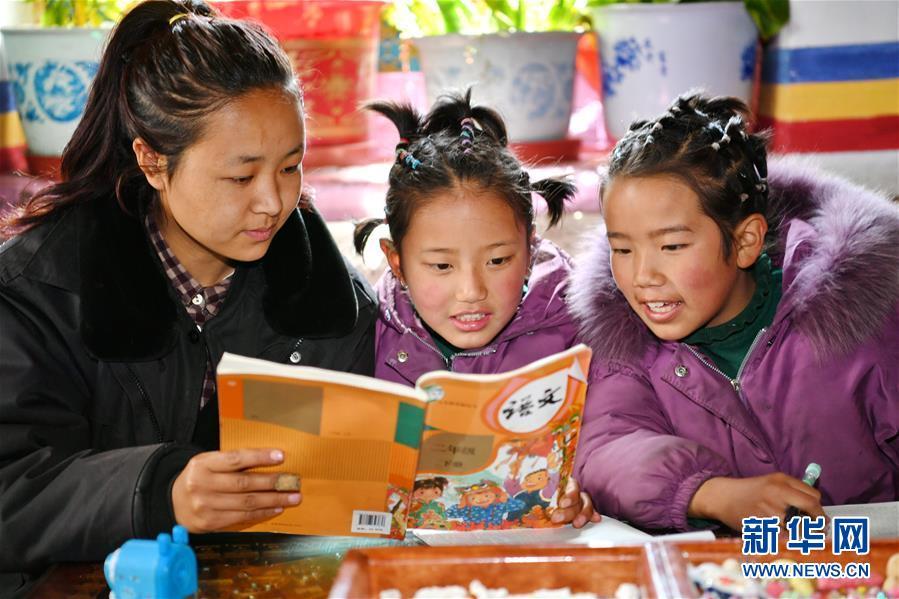 """(新華全媒頭條·圖文互動)(2)一面國旗與三代人的守望——記西藏林芝市西日卡村的""""紅色""""傳承"""