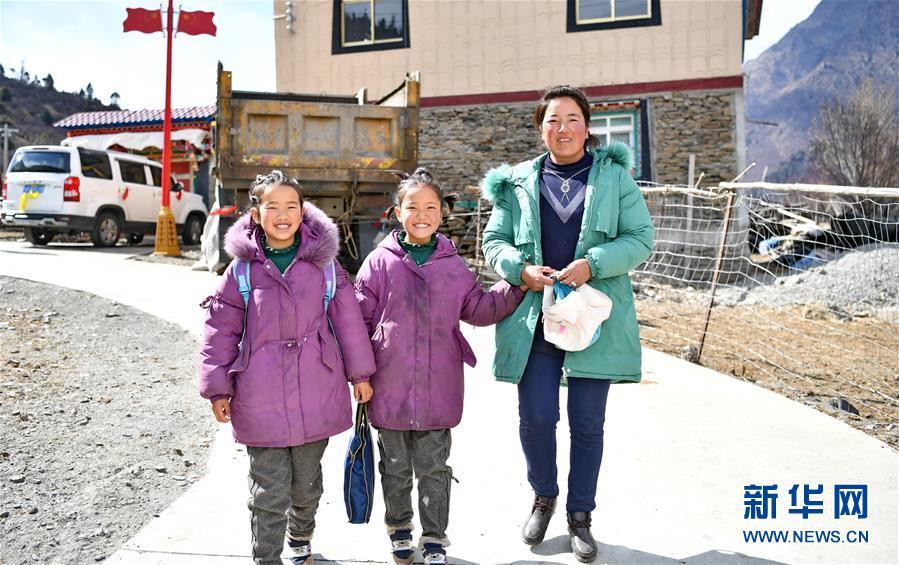 """(新華全媒頭條·圖文互動)(3)一面國旗與三代人的守望——記西藏林芝市西日卡村的""""紅色""""傳承"""