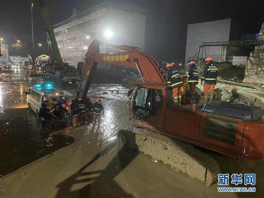 (新华网)(1)贵阳混凝土公司滑塌事故:搜救出9人中4人无生命体征 失联3人还在持续搜救