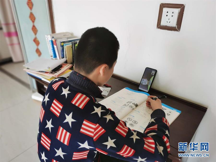 """(决战决胜脱贫攻坚·图文互动)(1)贫困村的学生有了免费""""网约课"""""""