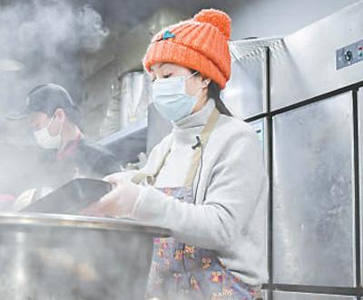 义举暖心!她免费为武汉医务人员送上两万份热饭