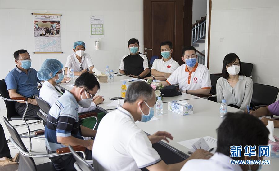"""(國際疫情·圖文互動)(2)""""工作忙碌又細致,經驗豐富又專業""""——一名柬埔寨青年眼中的中國援柬抗疫醫療專家組"""