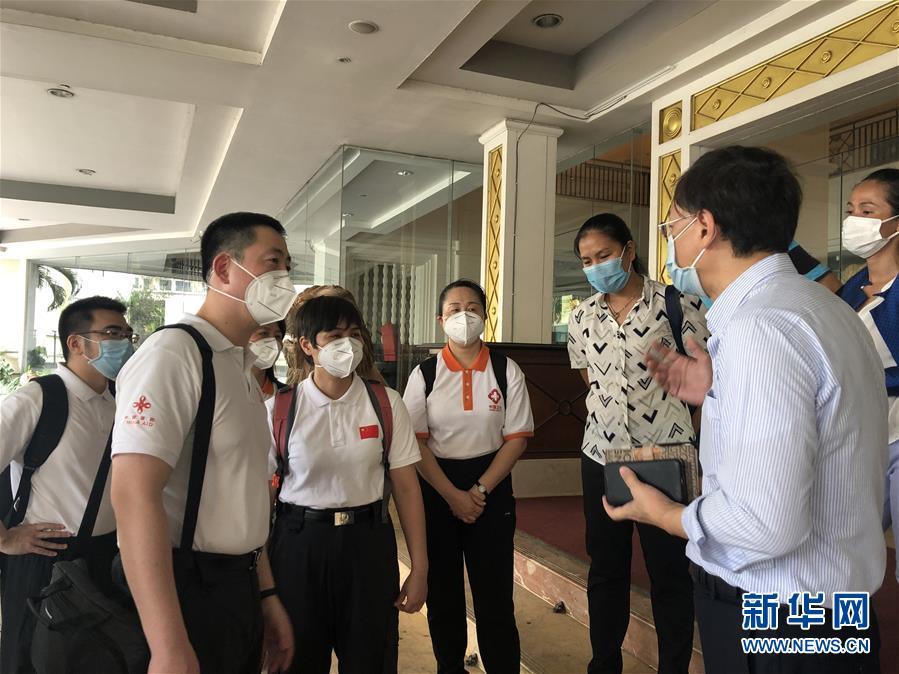 """(國際疫情·圖文互動)(6)""""工作忙碌又細致,經驗豐富又專業""""——一名柬埔寨青年眼中的中國援柬抗疫醫療專家組"""