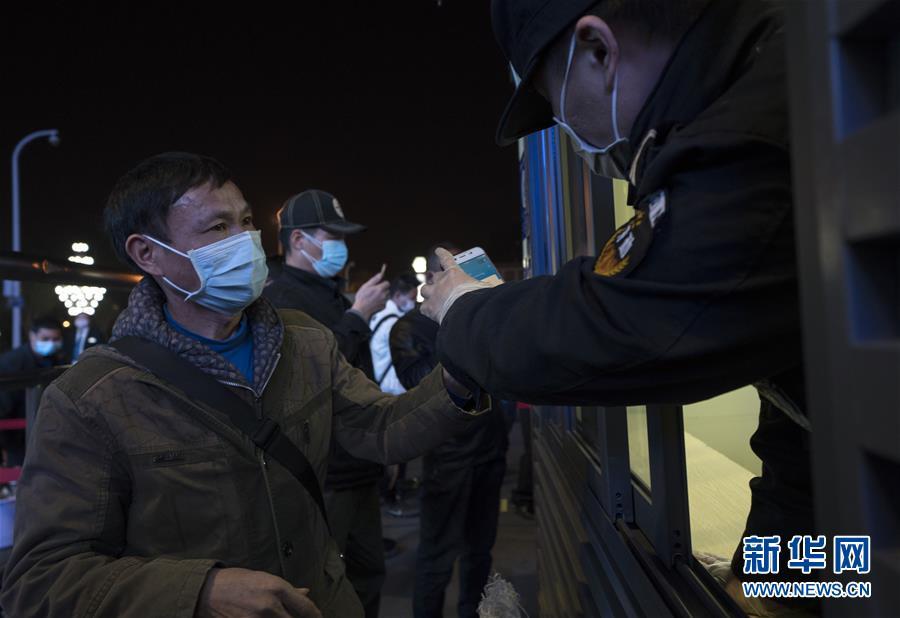 """(聚焦疫情防控)(1)武汉开出""""解封""""后经停的首趟旅客列车"""