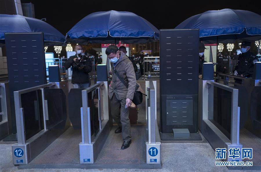 """(聚焦疫情防控)(2)武汉开出""""解封""""后经停的首趟旅客列车"""