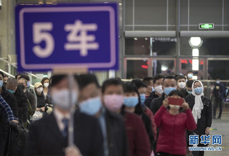 """(聚焦疫情防控)(3)武汉开出""""解封""""后经停的首趟旅客列车"""