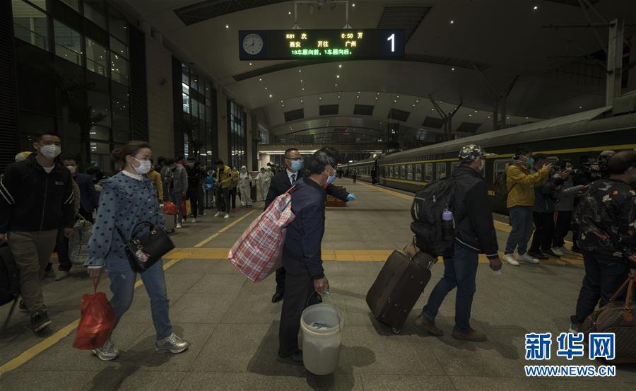 """(聚焦疫情防控)(4)武汉开出""""解封""""后经停的首趟旅客列车"""