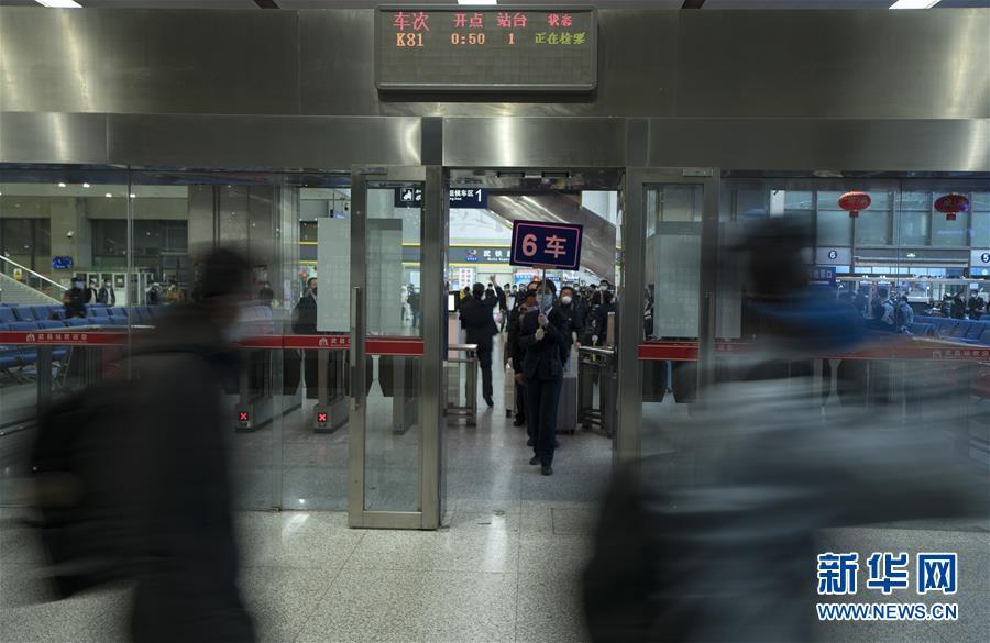 """(聚焦疫情防控)(6)武汉开出""""解封""""后经停的首趟旅客列车"""