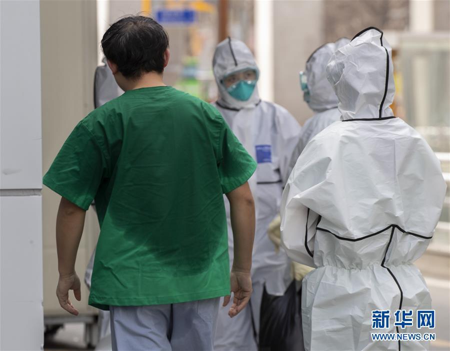 (新华全媒头条·图文互动)(10)白衣执甲为苍生——全球抗疫战场医护人员群像