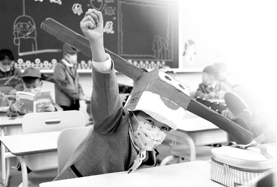 """开学第一天 """"一米帽""""戴了一天 很辛苦但是很值得"""