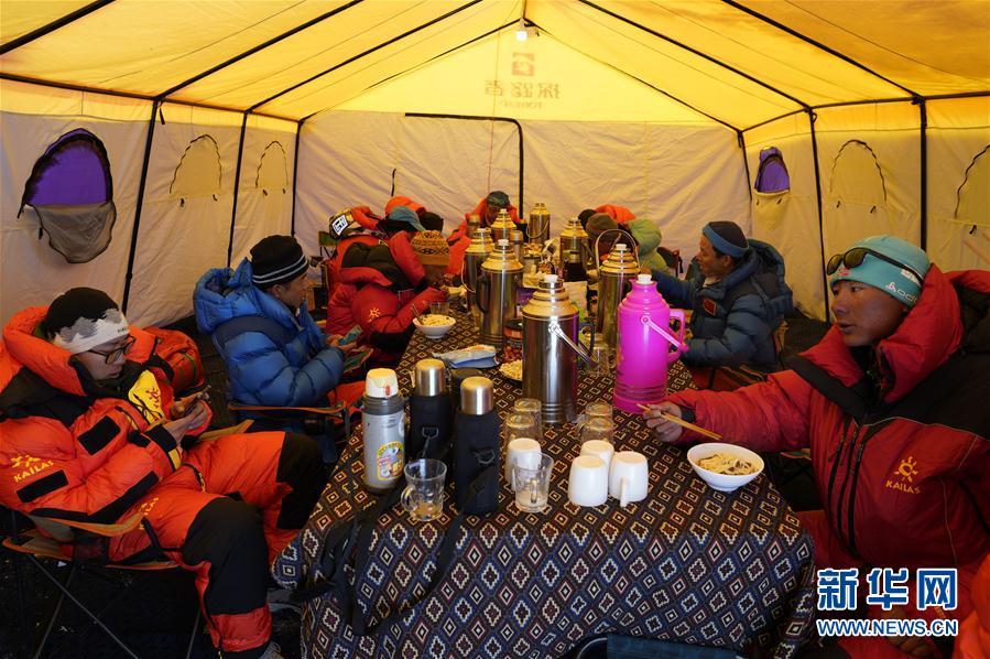 (2020珠峰高程测量·图文互动)(2)2020珠峰高程测量登山队抵达海拔6500米的前进营地