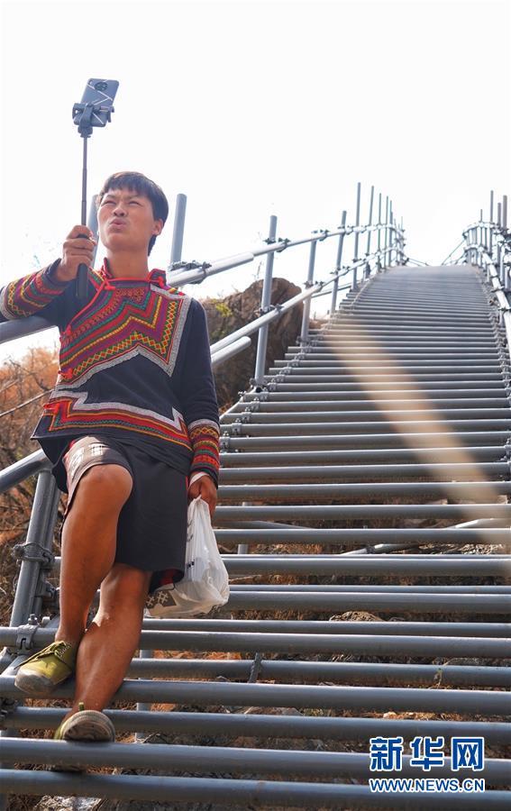"""(热点鲜报·图文互动)(2)出悬崖记——四川凉山""""悬崖村""""贫困群众走下""""天梯""""搬新居"""