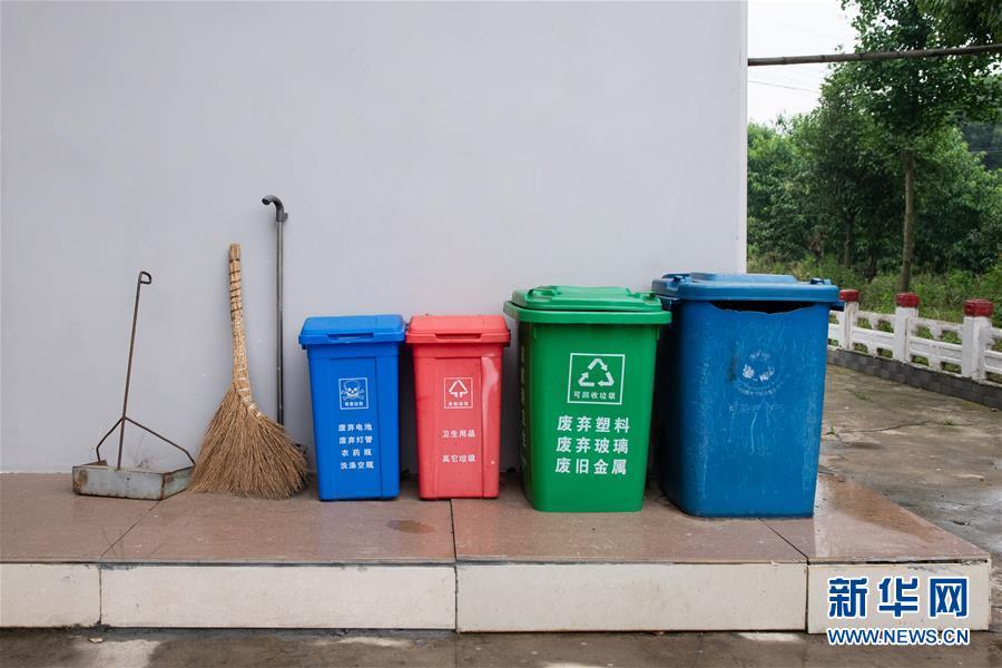 """(鄉村振興·圖文互動)(4)""""綠色存折""""巧解鄉村""""垃圾分類""""難題"""