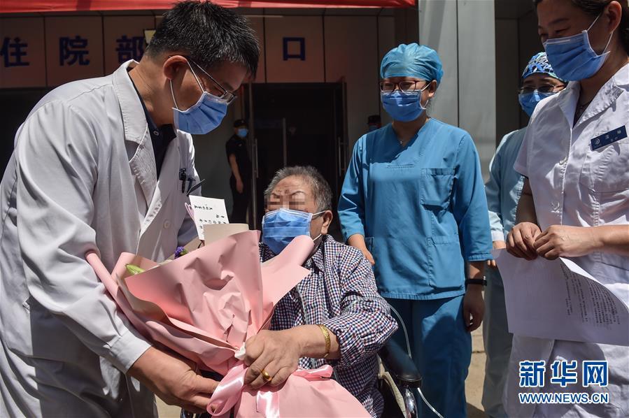 """(新華全媒頭條·圖文互動)(1)""""始終把人民群眾生命安全和身體健康放在第一位""""——中國抗疫彰顯""""生命至上、人民至上""""理念"""