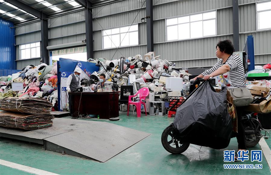 (新华全媒头条·图文互动)(9)演绎新时尚 答好治理卷——上海实施垃圾分类效果追踪