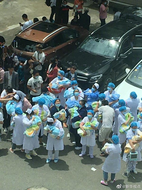 贵州省毕节市赫章县发生4.5级地震 医护人员逆行守护新生儿