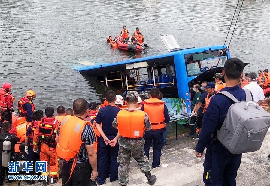 (社会)贵州安顺公交车坠入虹山湖水库致21人死亡15人受伤