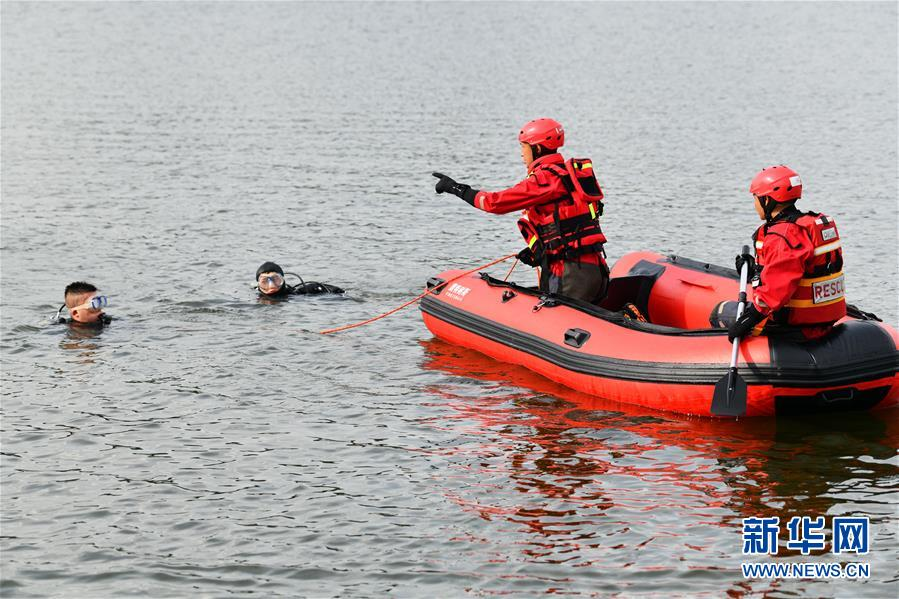 (社会)(2)贵州安顺公交车坠入虹山湖水库致21人死亡15人受伤
