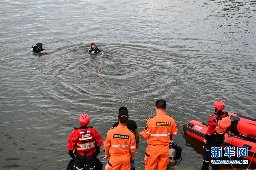 (社会)(3)贵州安顺公交车坠入虹山湖水库致21人死亡15人受伤