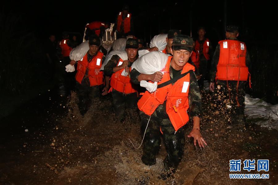 (圖文互動)(1)武警官兵持續奮戰多地洪澇災害搶險救援一線