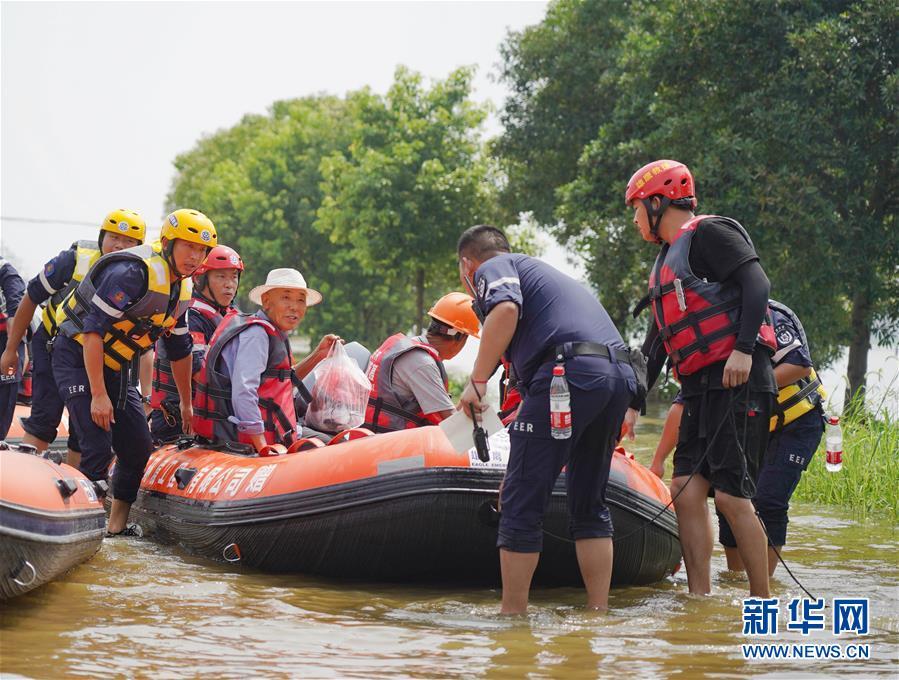 (防汛抗洪)(6)江西永修:紧急转移受灾群众