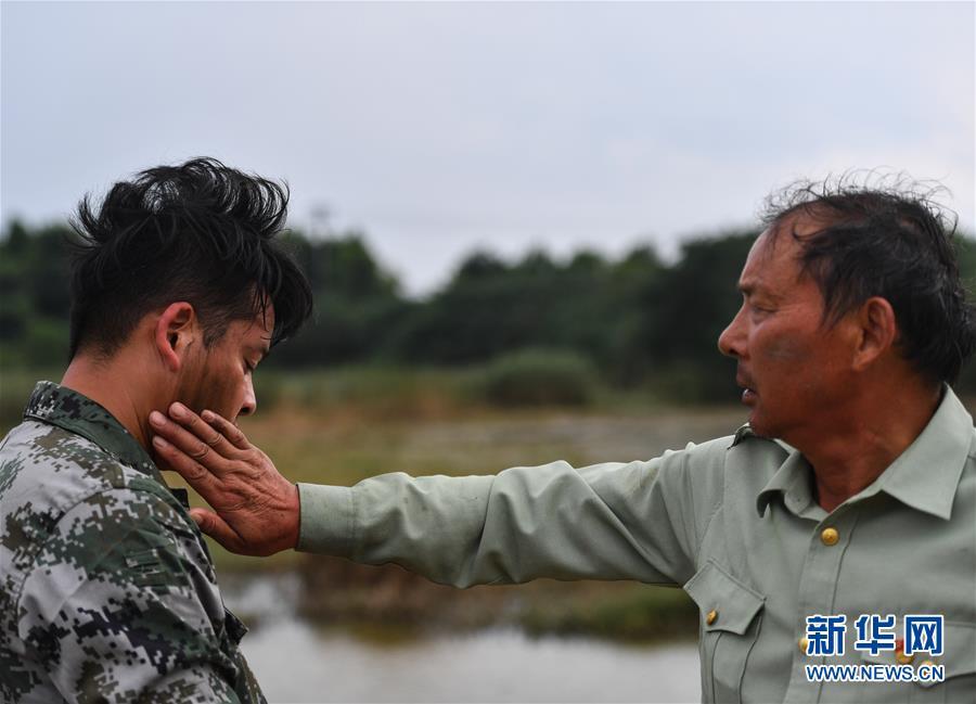 """(防汛抗洪·圖文互動)(2)長江大堤上的""""父子之約"""""""