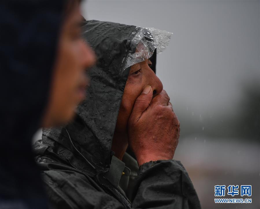 """(防汛抗洪·圖文互動)(3)長江大堤上的""""父子之約"""""""
