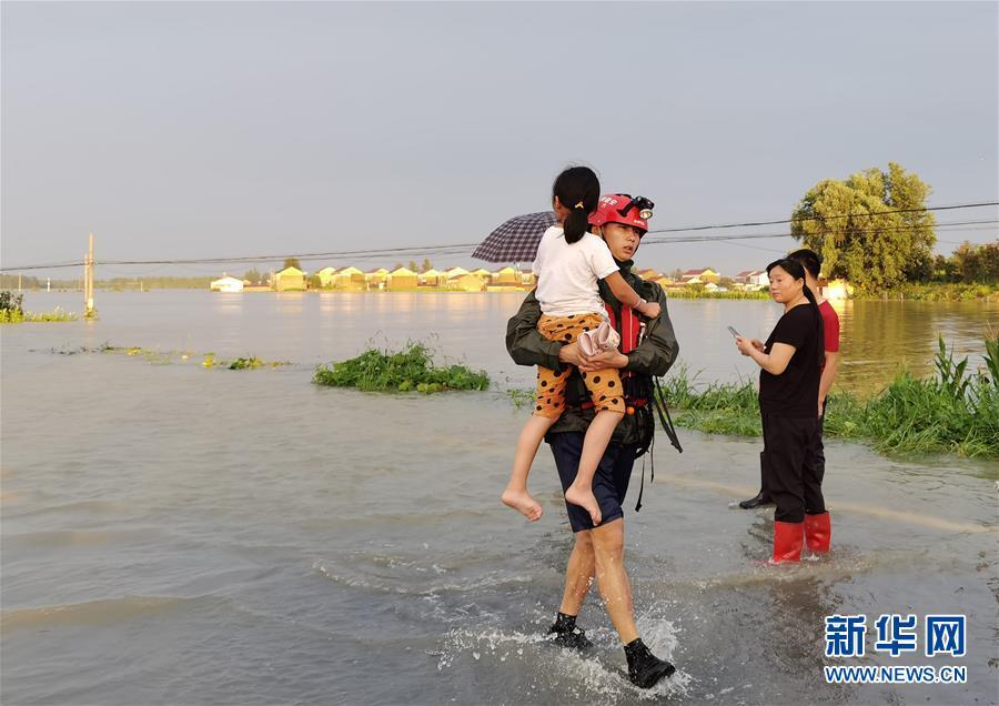 (新华全媒头条·图文互动)(2)青春出列——暴雨洪峰中的热血成人礼