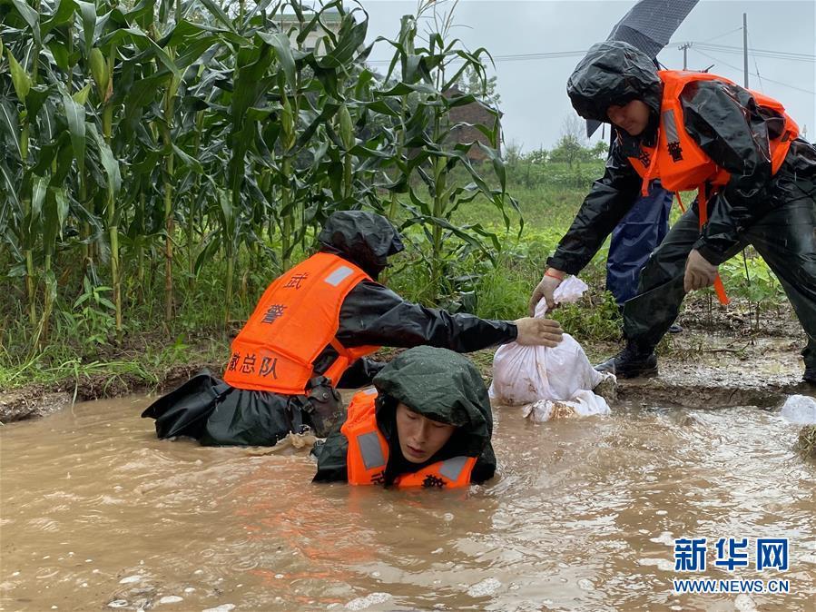 (新华全媒头条·图文互动)(4)青春出列——暴雨洪峰中的热血成人礼