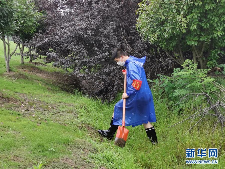 (新華全媒頭條·圖文互動)(7)青春出列——暴雨洪峰中的熱血成人禮