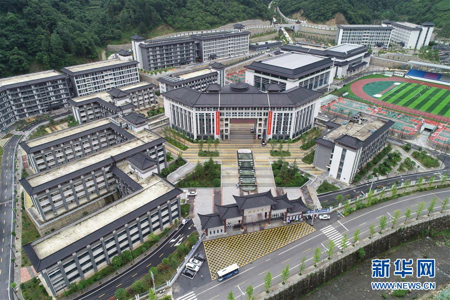 """(新華視點·圖文互動)(1)學校建漂亮點本無錯,為何這所""""豪華中學""""讓人困惑?"""