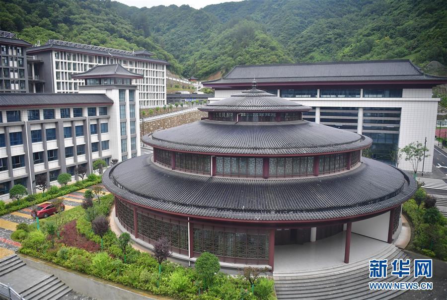 """(新華視點·圖文互動)(4)學校建漂亮點本無錯,為何這所""""豪華中學""""讓人困惑?"""