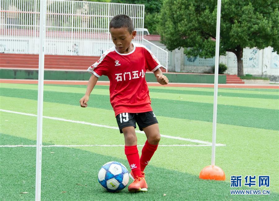 (體育·圖文互動)(2)磨礪與夢想——一所貧困山區小學的足球奇跡