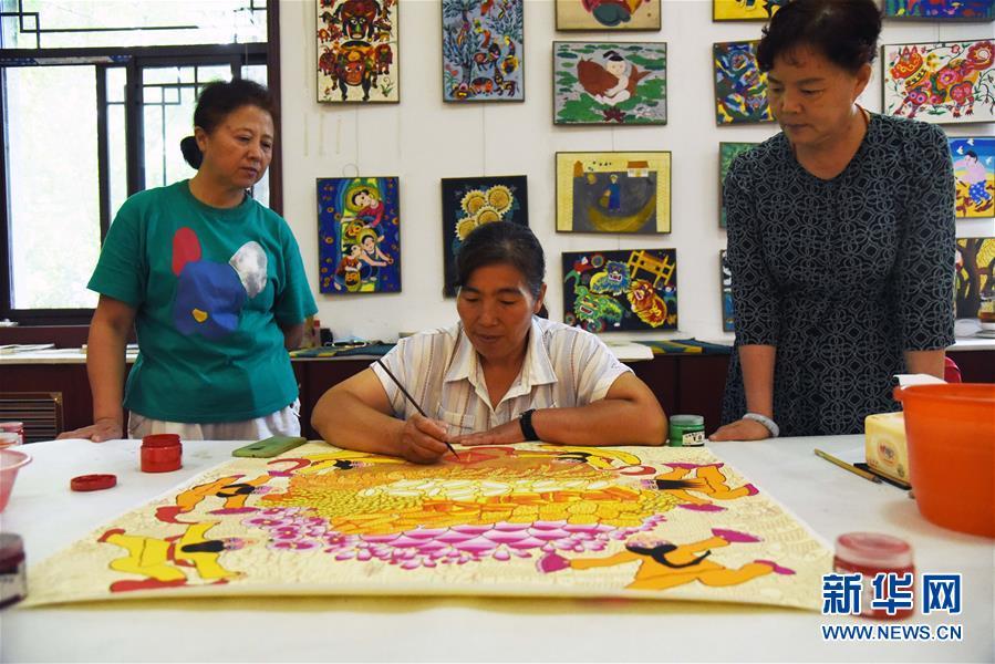 (走向我們的小康生活·圖文互動)(1)放下鋤頭拿畫筆——山東青州農民畫繪出美好新生活