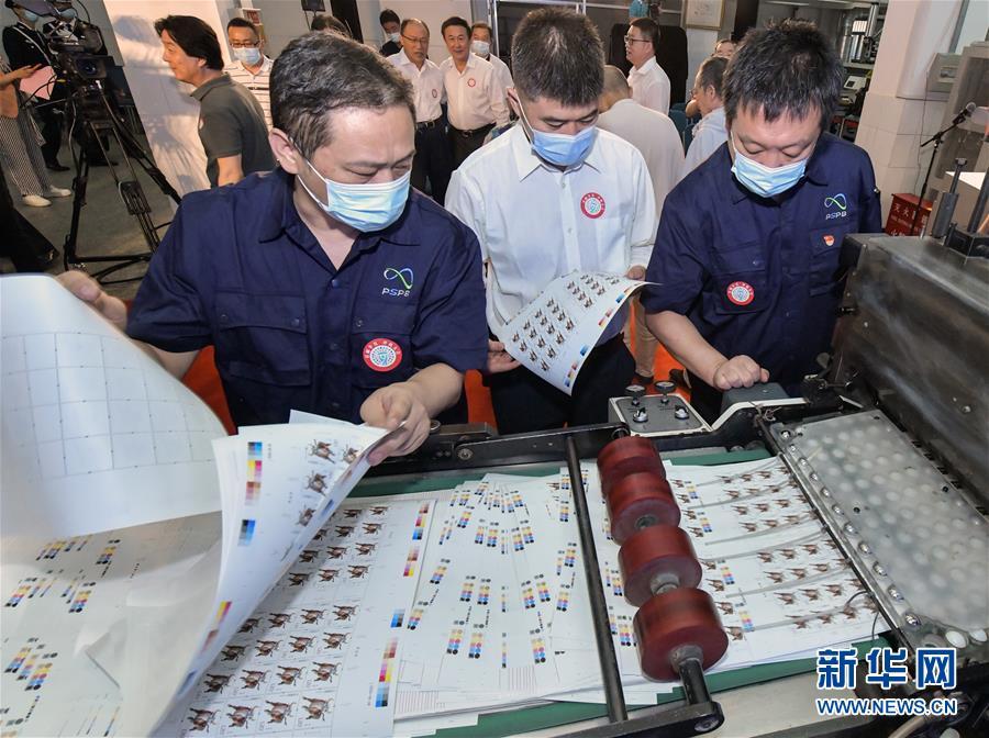 (民生直通車·圖文互動)(1)揭秘生肖牛年郵票——《辛醜年》特種郵票開機印刷