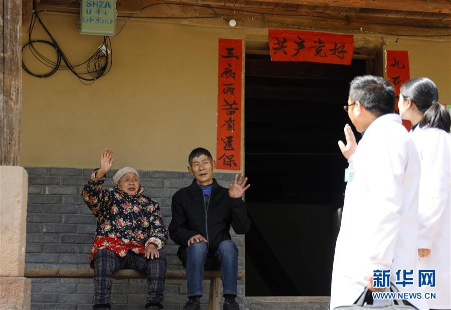 """(习近平的小康故事・新华网・图文互动)(6)""""真正解决好基层群众看病难、看病贵问题""""――习近平和群众健康的故事"""