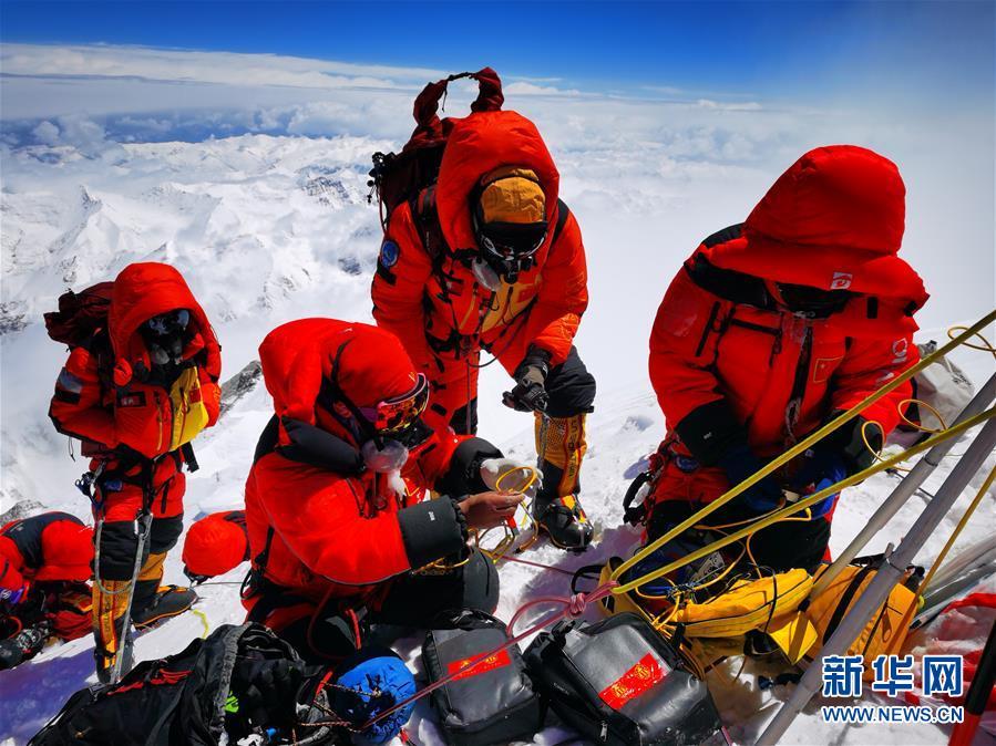 (新华全媒头条·图文互动)(2)往更高处长、往长春北京方向移动——来自海拔8848.86米的报告