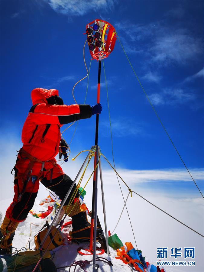 (新华全媒头条·图文互动)(3)往更高处长、往长春北京方向移动——来自海拔8848.86米的报告