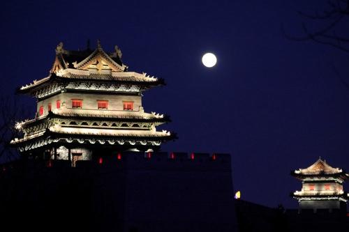 专家教赏元宵月:日落一小时后和子夜前后皆是赏月好时机