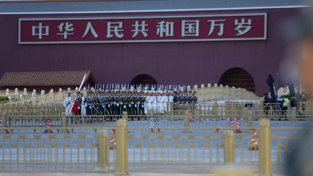 喀喇昆仑戍边官兵来到北京天安门看升旗!