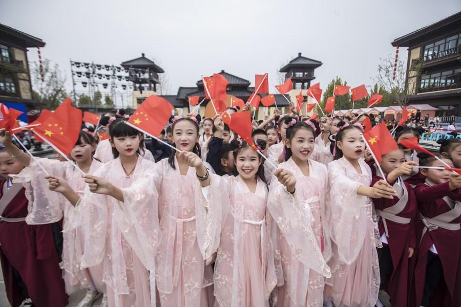 """国潮风起!中国年轻一代重拾""""华服""""文化 广袖飘飘"""